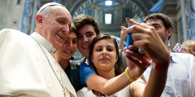 pope-selfie-950x475-944x472
